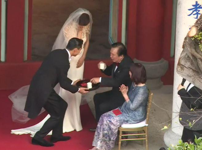 Akia給外父外母敬茶時,志玲已忍不住喊。(截圖)