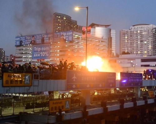 【修例風波】紅隧口天橋與警對峙 示威者狂掟汽油彈火光熊熊