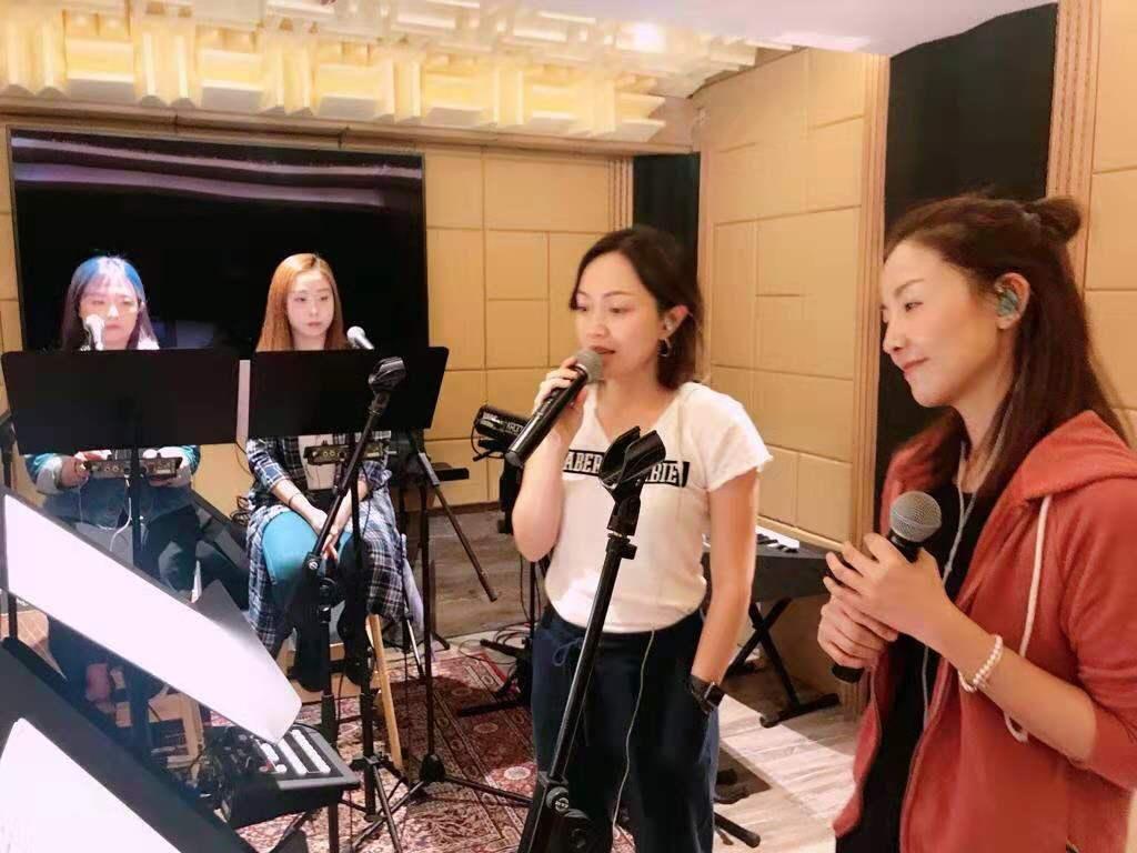 前女子組合B2成員譚嘉荃(Amy Tam,右一,R1)與郭可穎(Sandy,右二,R2)近日頻頻為「譚嘉荃《一路上有你》演唱會」練歌。