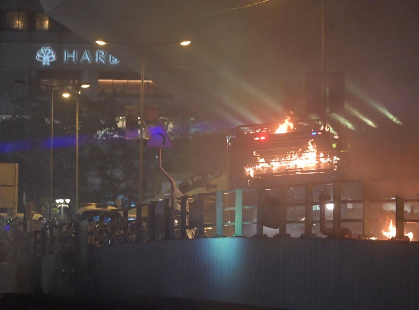 【修例風波】裝甲車紅隧天橋被擲汽油彈 車身一度起火