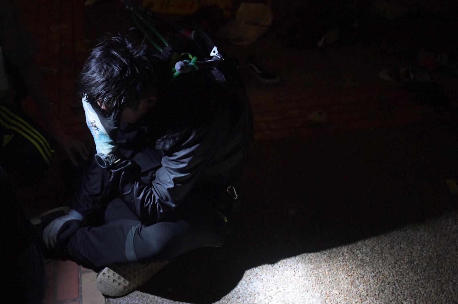 有黑衣人痛哭。