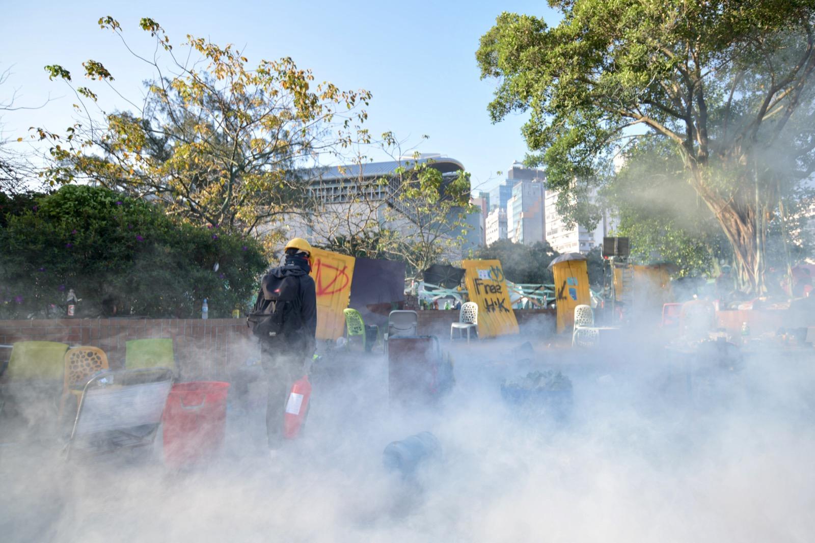 警方施放催淚彈,現場煙霧彌漫。