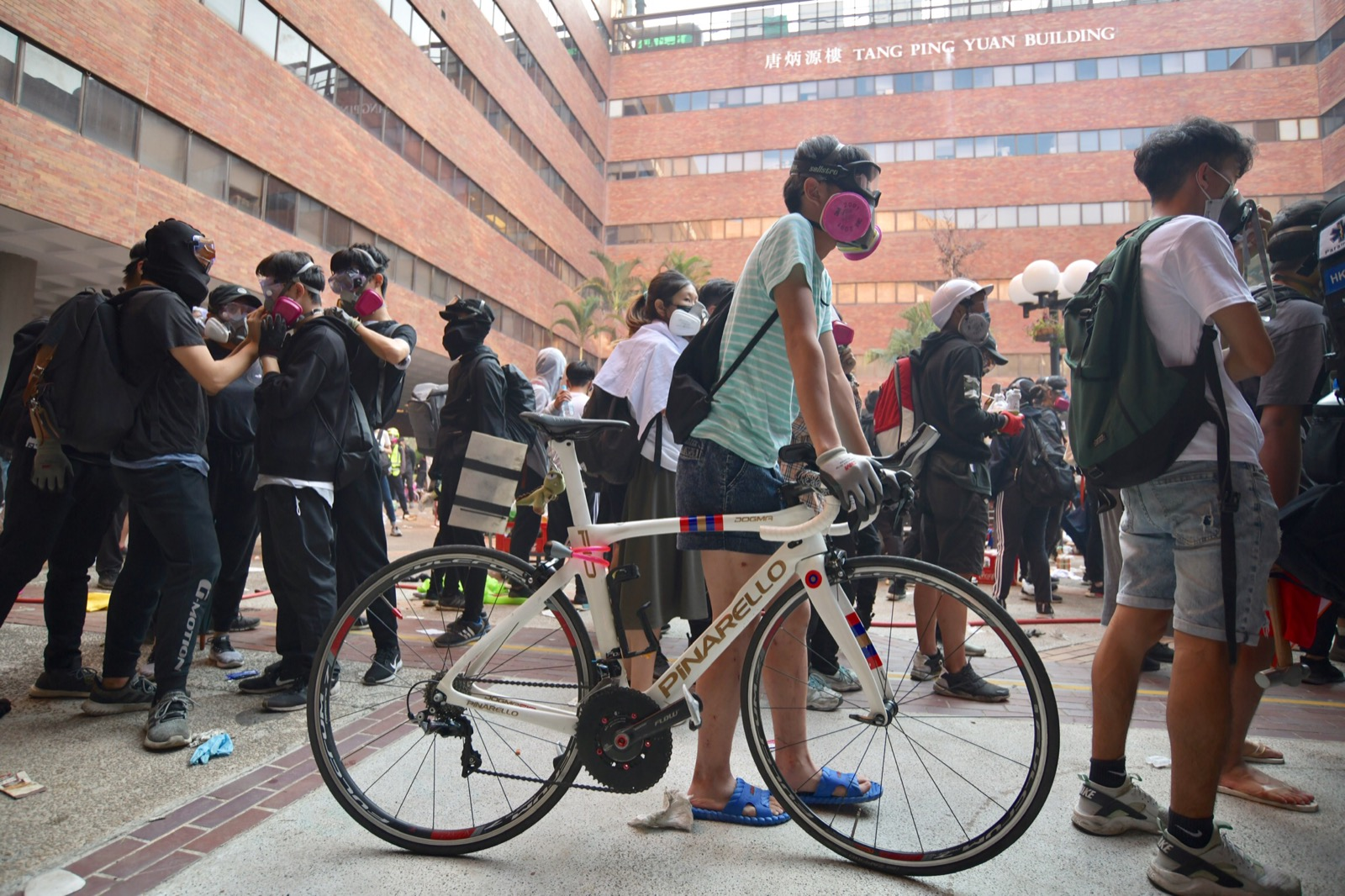 準備離開時,有人圖以單車代步。