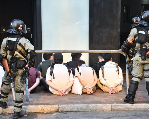 【修例風波】響應號召到理大聲援 警尖東華懋廣場外攔截數十人