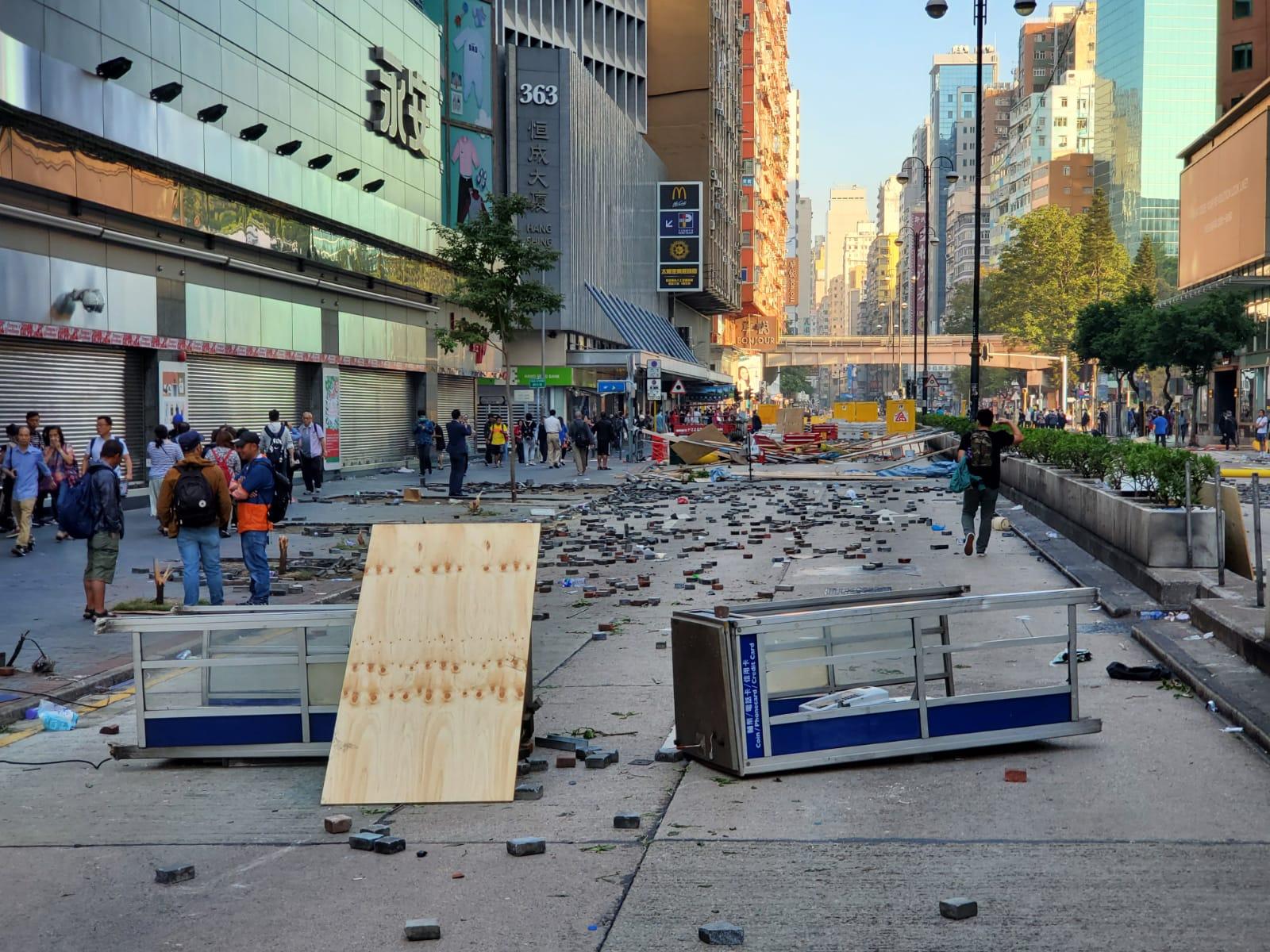 彌敦道放滿由木板及磚頭設置的路障