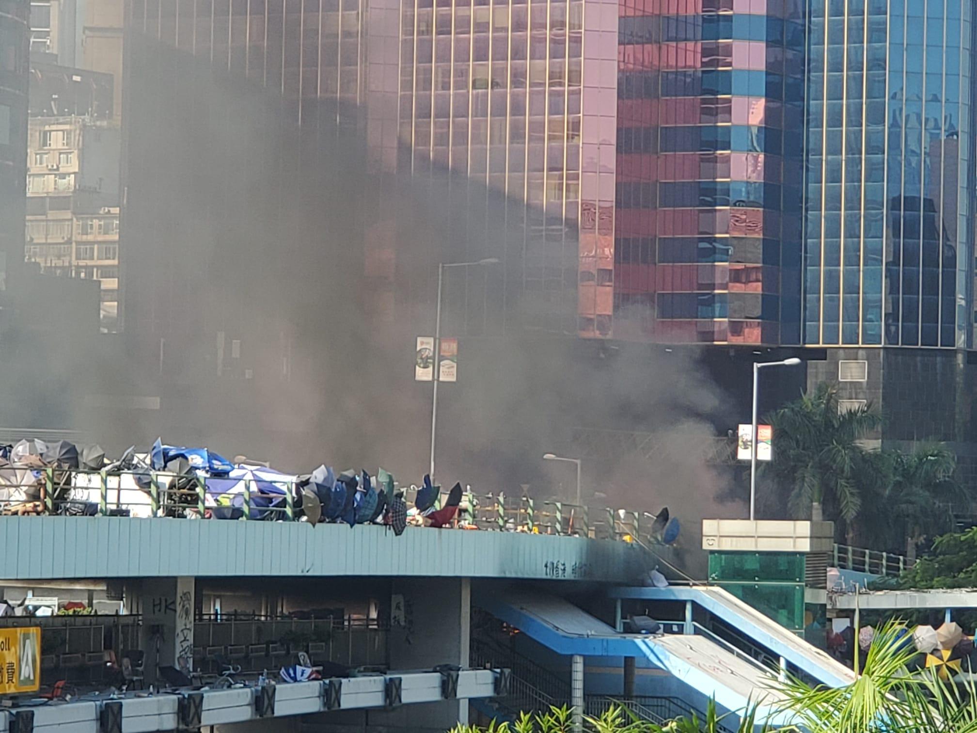 橋上冒出濃煙。