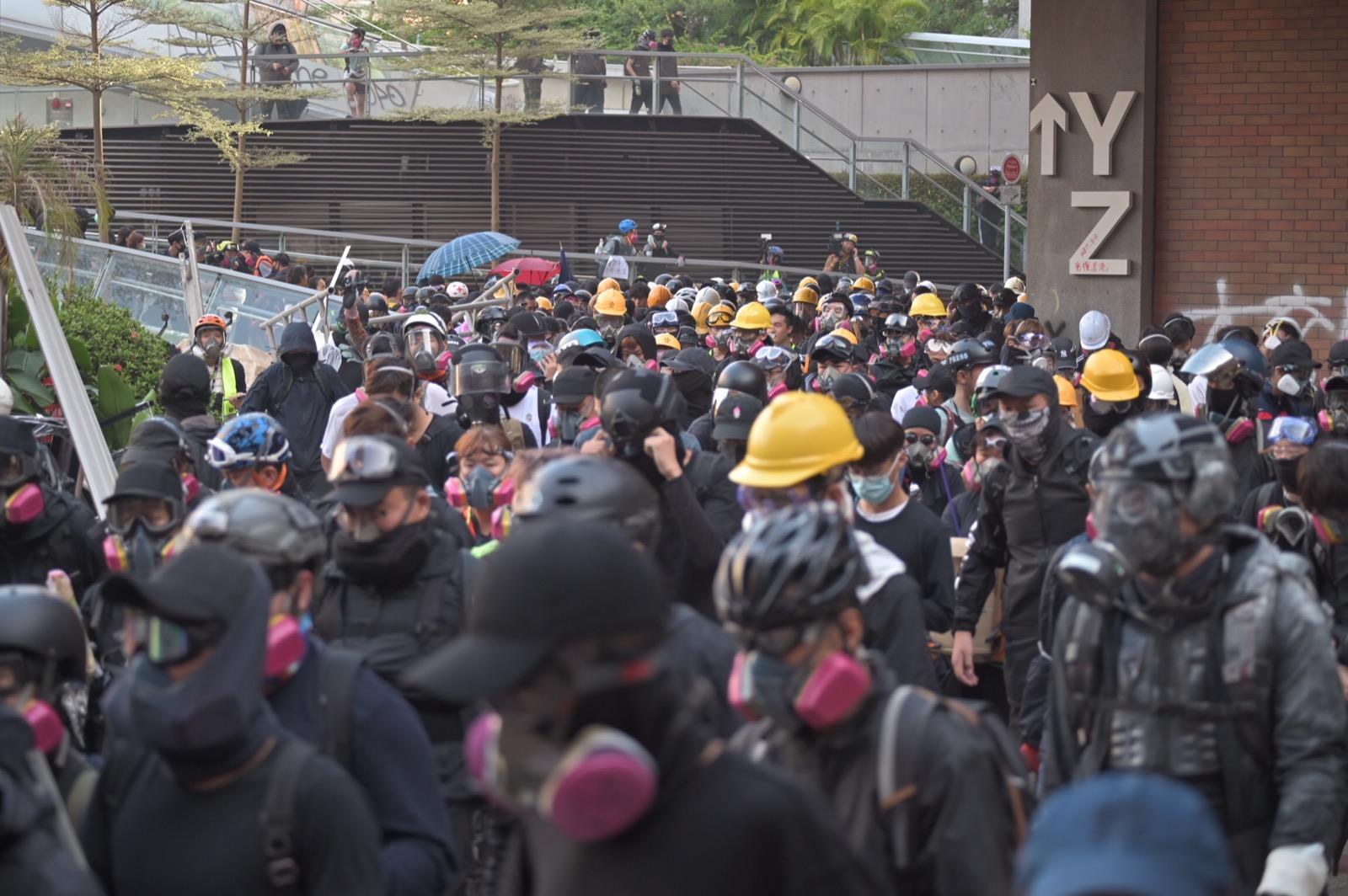 理大示威者與警方的衝突持續超過12小時。