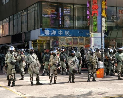 【修例風波】防暴警金馬倫道舉藍旗警告 叫示威者離開