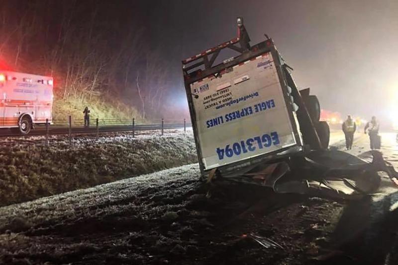 貨櫃車失去控制在道路上翻側後,有旅遊巴撞上。(網圖)