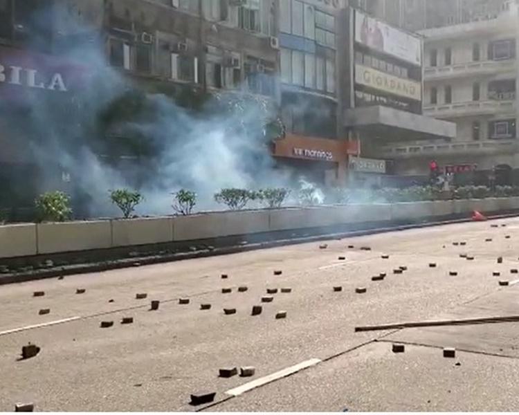警方向彌敦道近柯士甸道施放兩催淚彈。林思明攝