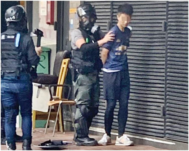 有網民於幸福中心對開,見到九華一名老師被警方帶走。網圖