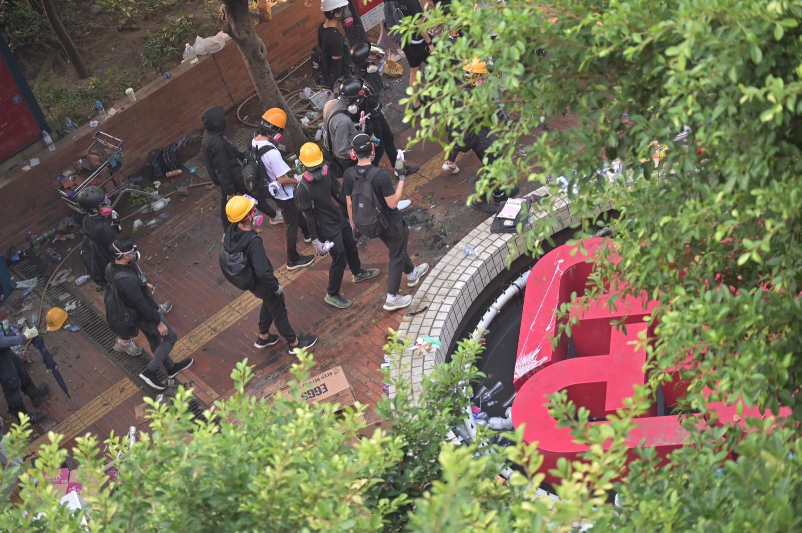 警再籲理大校園內的人士放下武器,除下防毒面具和平有序地離開。