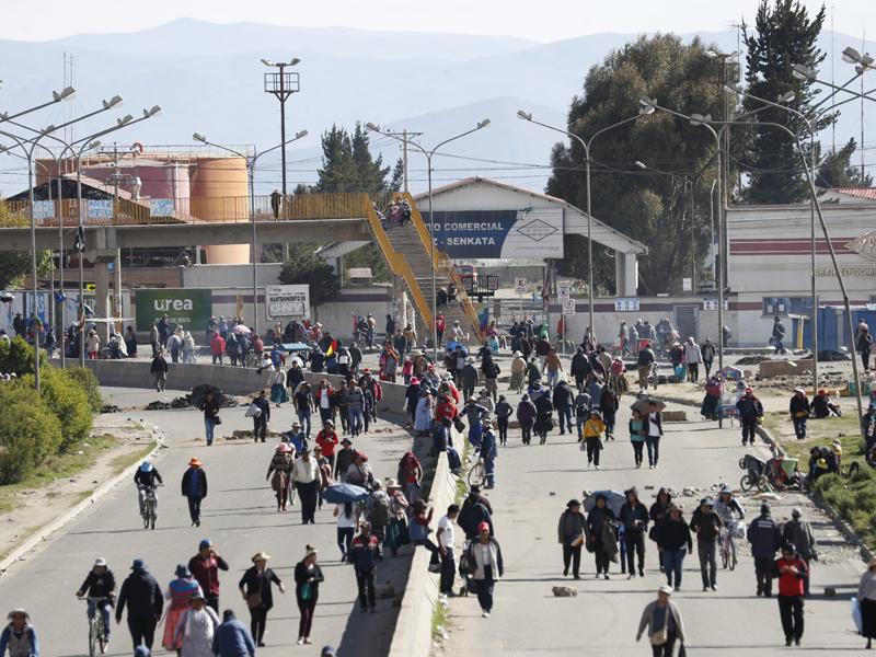 部分前总统莫拉莱斯的支持者堵塞道路,阻隔粮食运送,令首都拉巴斯开始出现粮食短缺问题。