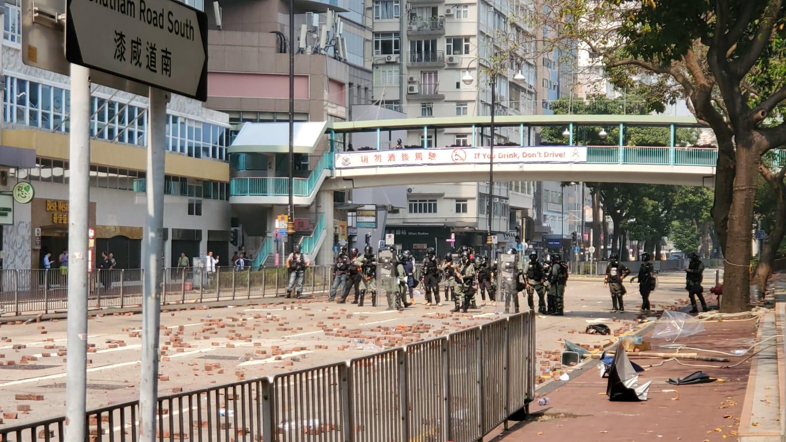 防暴警察亦在戒備。