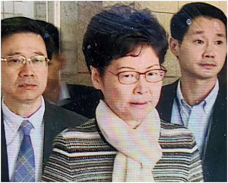 林鄭月娥和李家超到醫院探望受傷警員。電視截圖