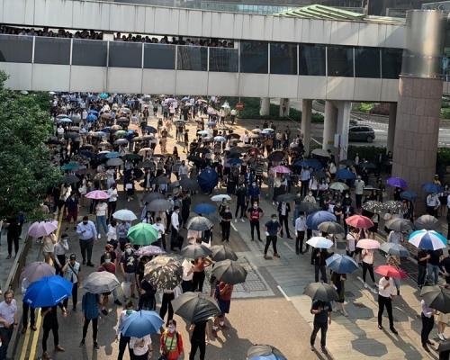 【修例風波】示威者中環集會 黑衣人設路障防暴警舉藍旗