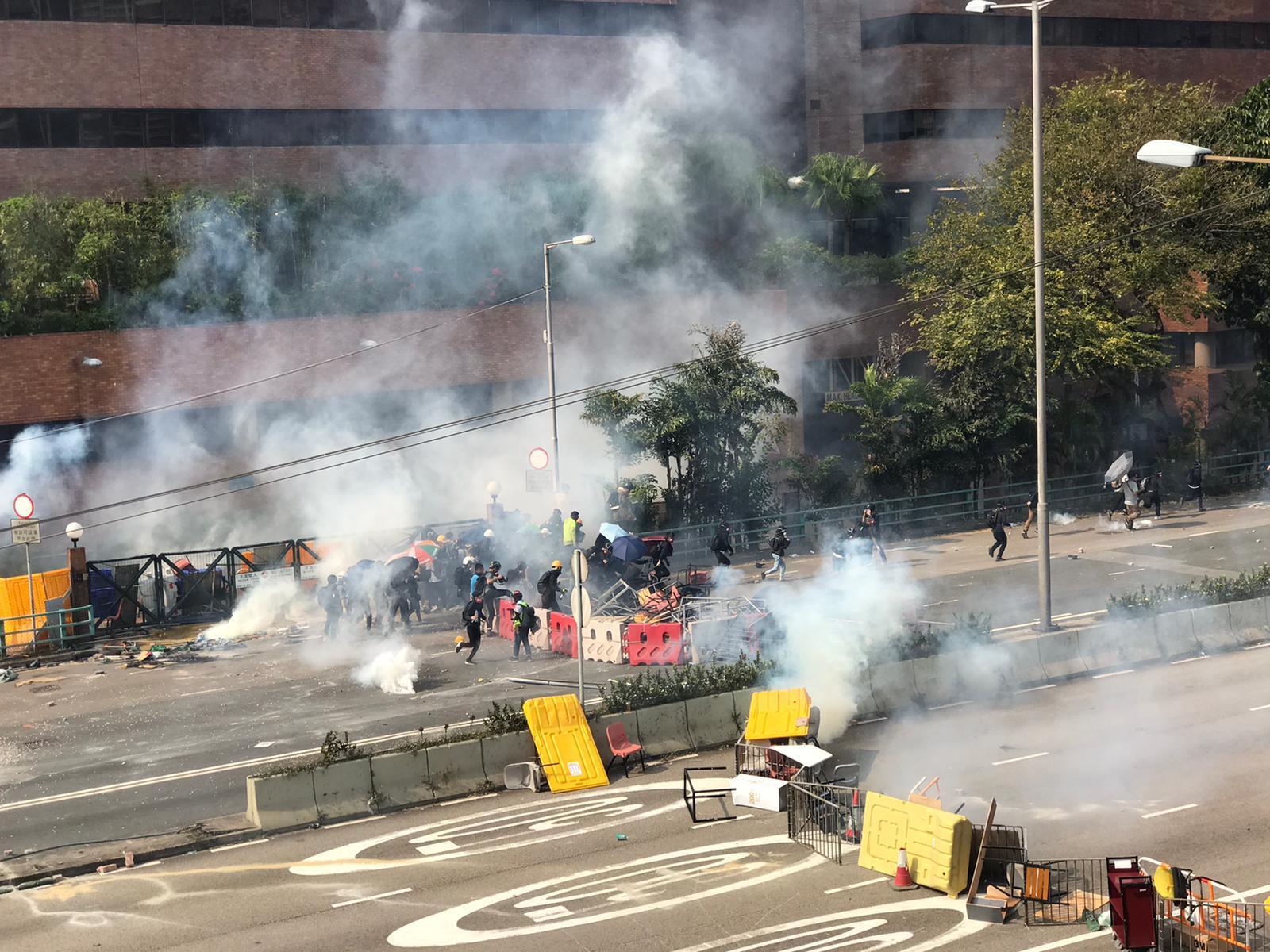 【修例風波】示威者第3度走出理大 警放催淚彈一度舉實彈槍