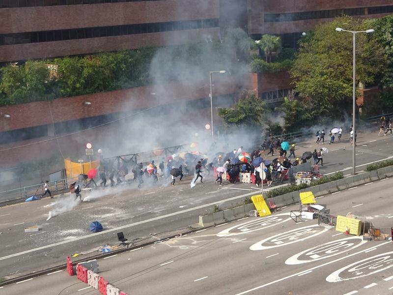 理工大學一帶示威衝突激烈。