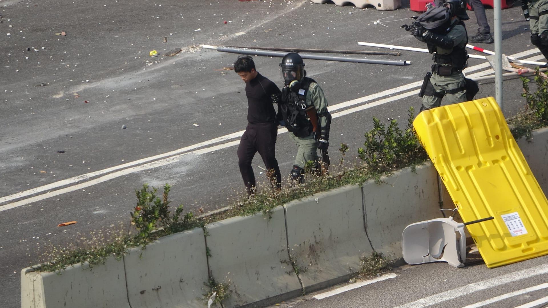 警方帶走黑衣人。
