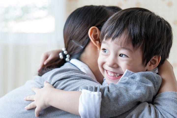 家長可通過擁抱孩子,增加他們的安全感。