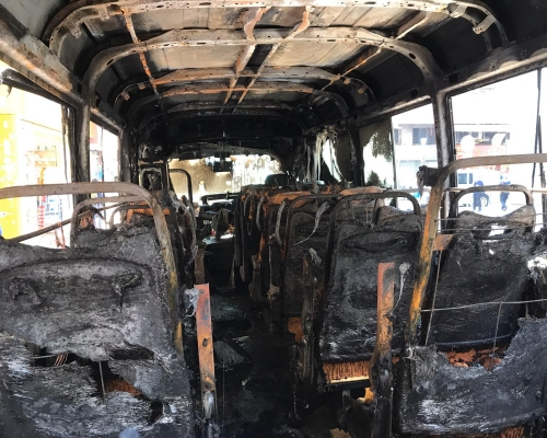 疑黑衣人不滿坐地起價 旺角4紅VAN遭投汽油彈焚毁