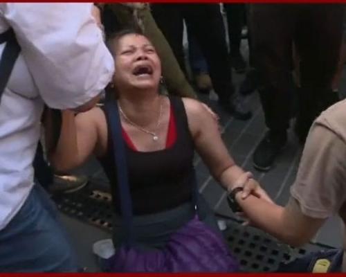 【修例風波】家長理大外聚集求見子女 女子跪地痛哭:「個女如果死咗我就跳樓」
