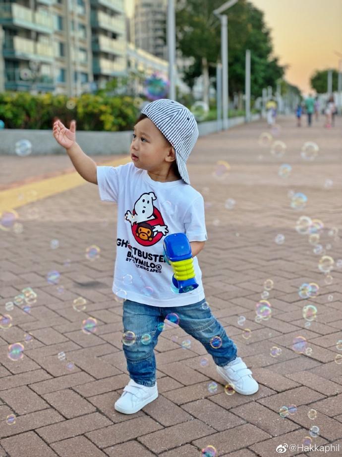 奕霆仔一邊玩一邊捉泡泡。