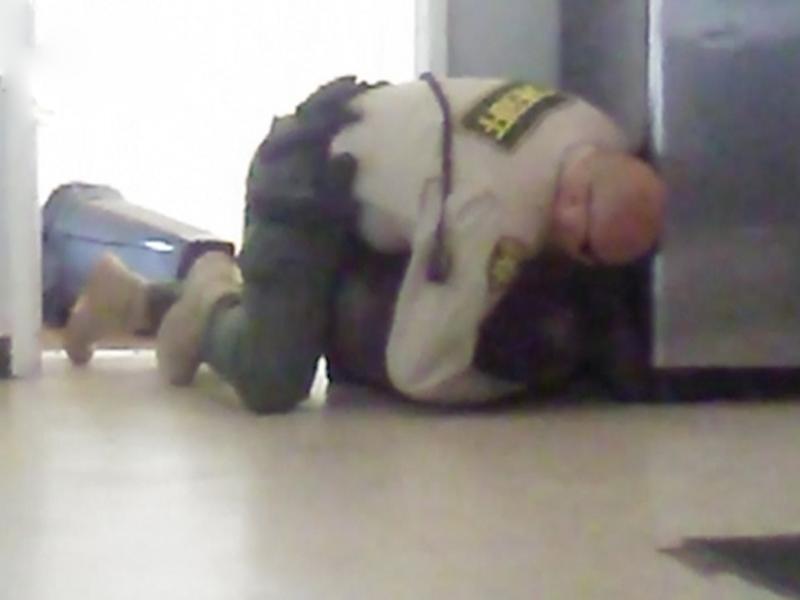 美国有四肢残障少年被警员粗暴对待。(网图)