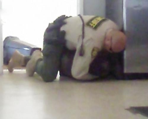 美國有四肢殘障少年惹怒警察 竟被粗暴對待壓制在地