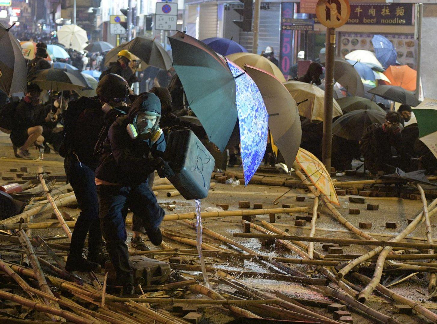 示威者現時仍在理大及附近的漆咸道南一帶聚集。
