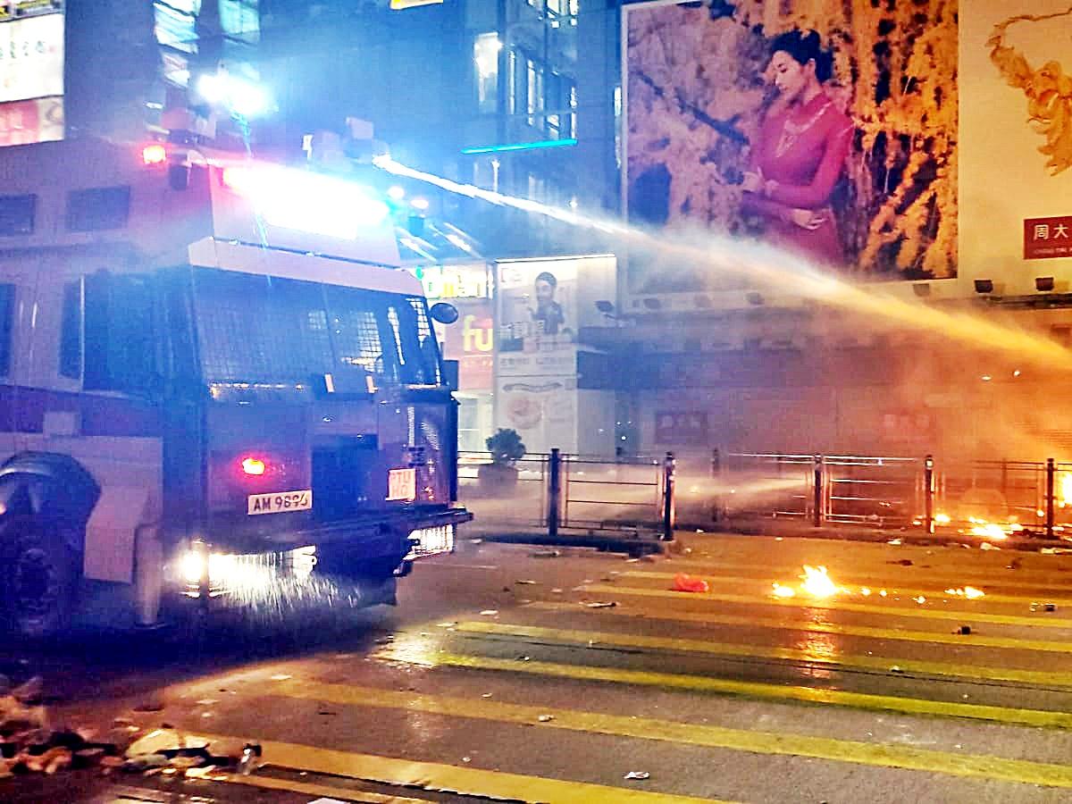【修例風波】彌敦道遭狂擲汽油彈陷火海 水炮車射藍色水