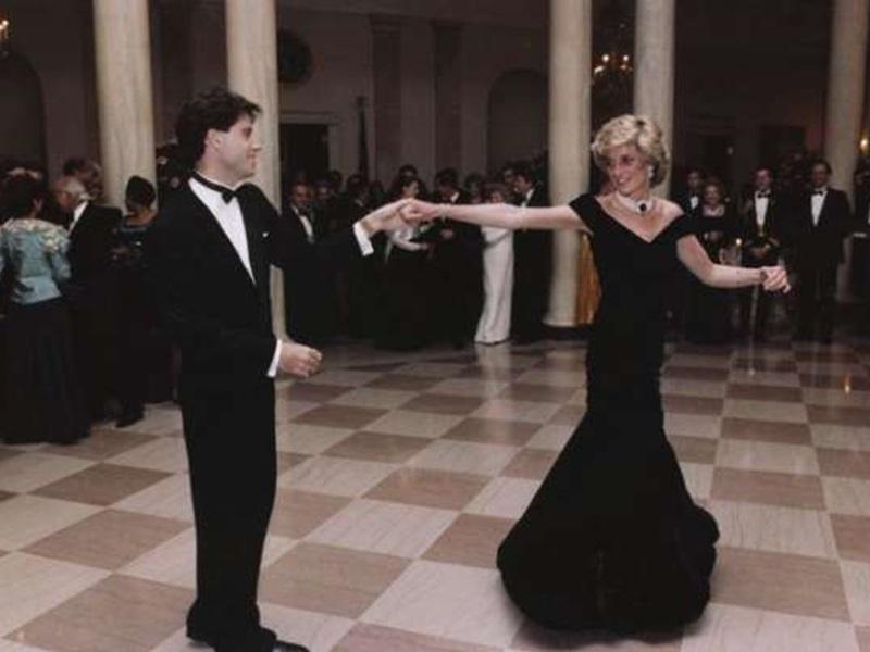 戴安娜王妃與尊特拉華達共舞時所穿的深藍色露肩天鵝絨晚裝下月拍賣。網圖