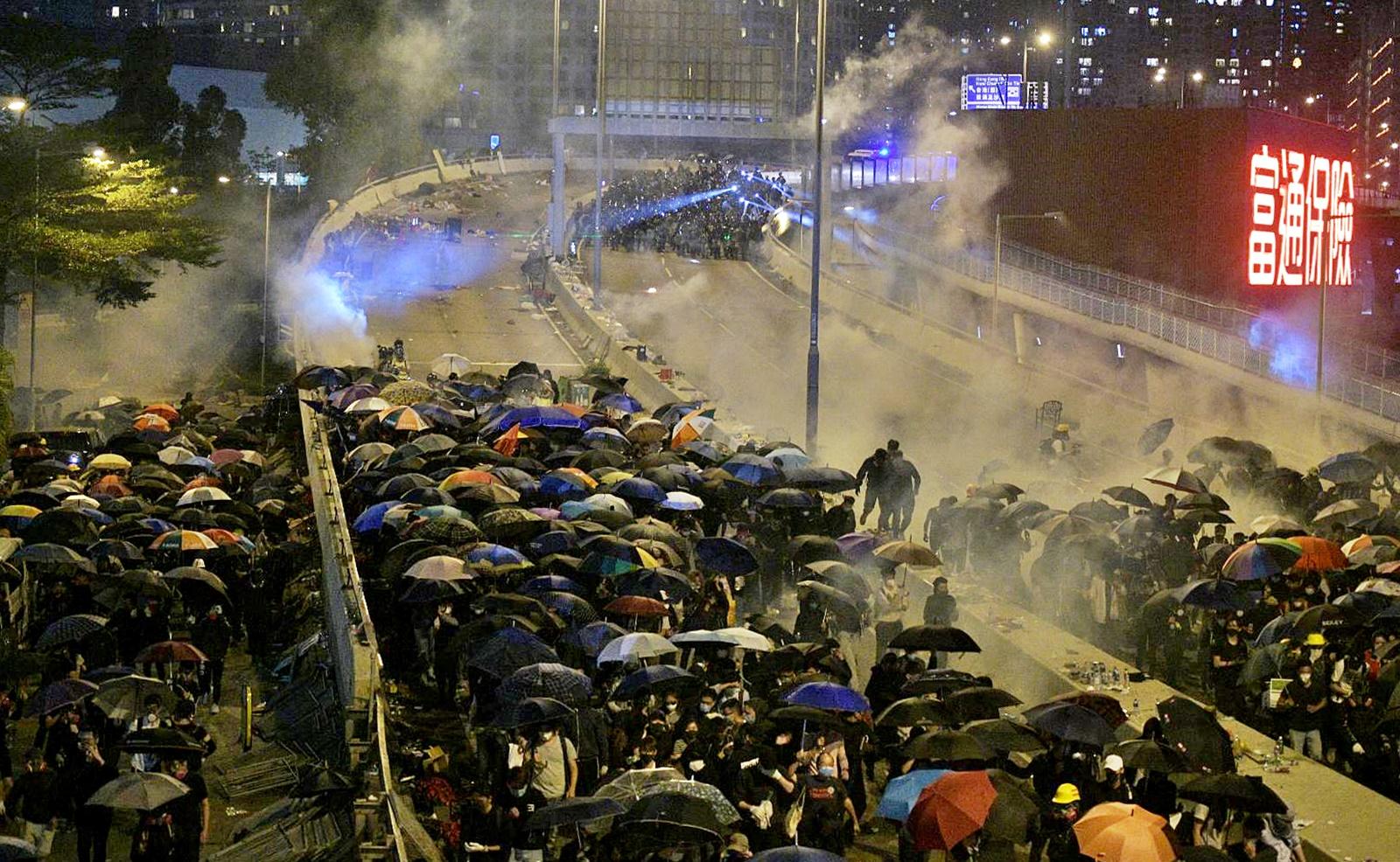 示威者油尖旺聚集警催淚彈驅散 有理大示威者游繩圖離開被發現