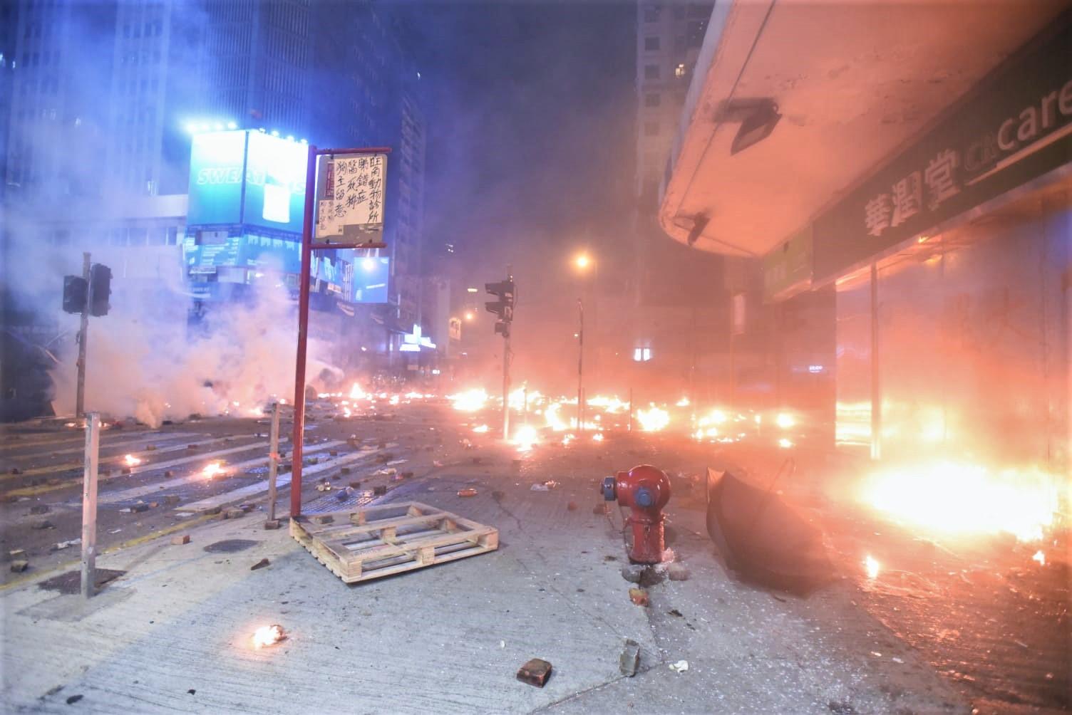示威者掟擲多個汽油彈。