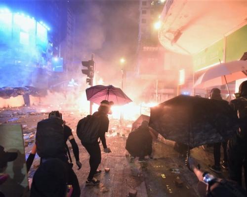 油尖區衝突一片火海 防暴警碧街拘捕逾30人