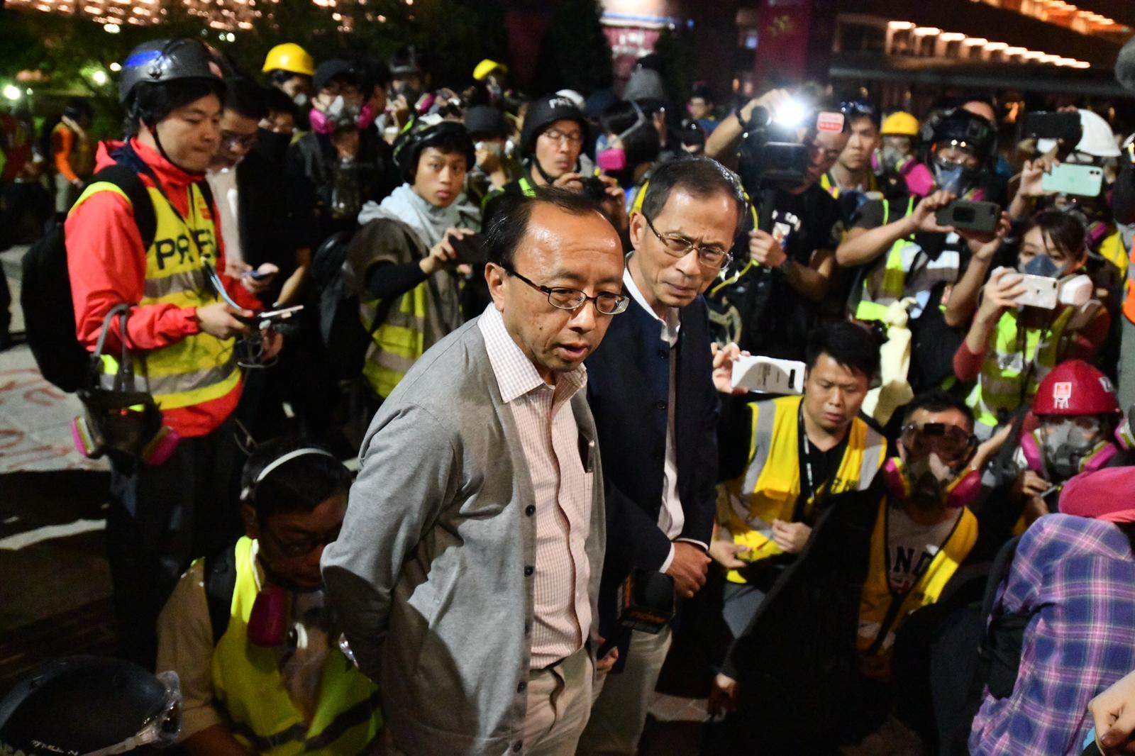 前立法會主席曾鈺成及港大法律系學者張達明進入校園,並帶同約百名年輕人離場。