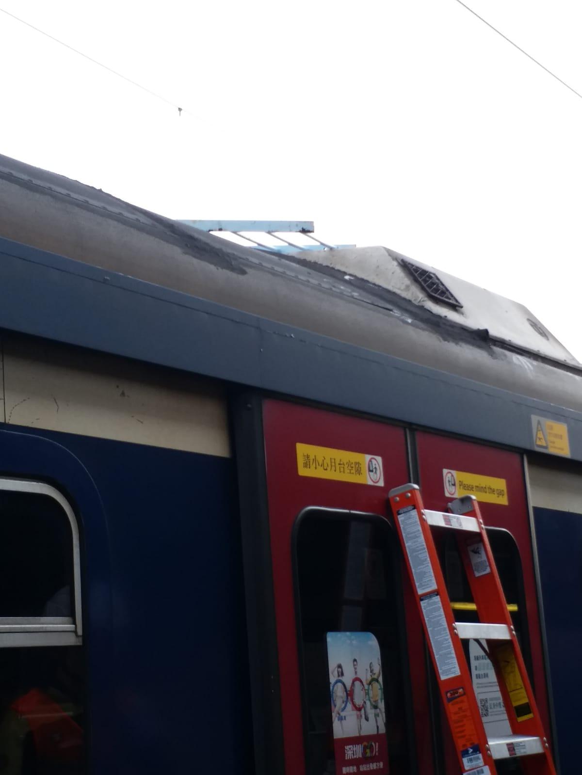 列車被投擲鐵欄。港鐵提供