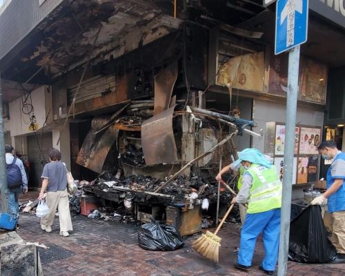 【修例風波】白加士街報紙檔被焚毀 連鎖餐廳玻璃遭打爛