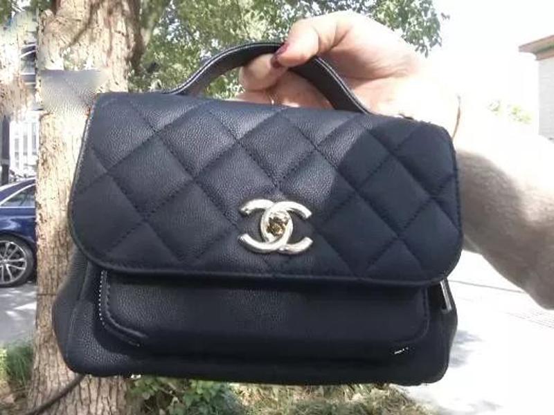 凌女子稱花了2.55萬元人民幣買的Chanel手袋「擺唔穩」。(網圖)