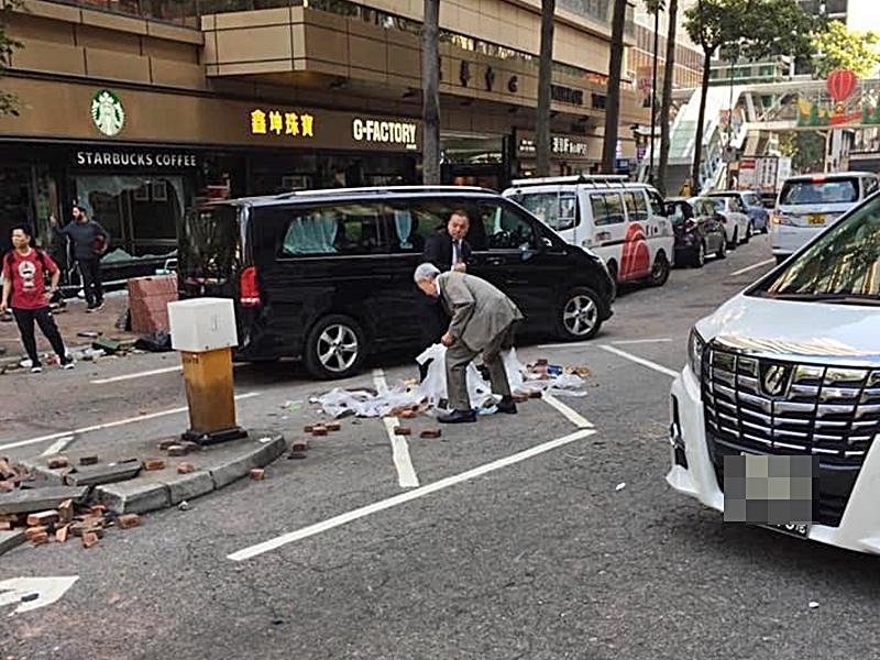 黃志祥下車協助清理。湯文亮fb圖片