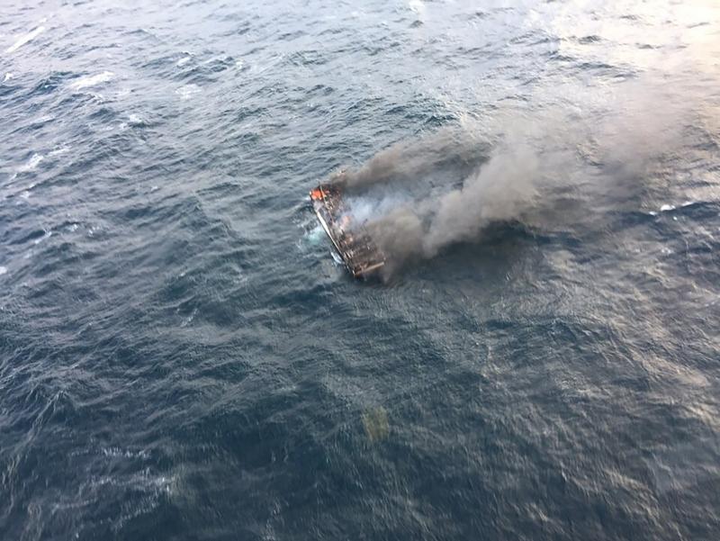 韩国渔船在济州对出起火,目前在海上发现一名无呼吸心跳船员,还有11人下落不明。