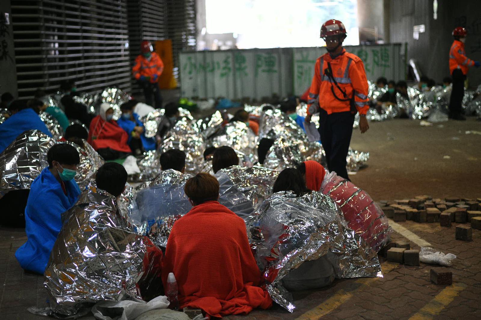 理大一批傷者等候救援。