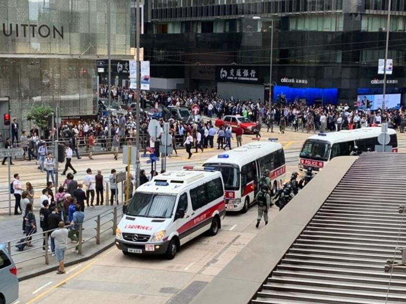 警車到場戒備。網圖