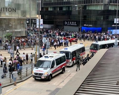 【修例風波】網民中環再發起集會 防暴警多次舉藍旗警告