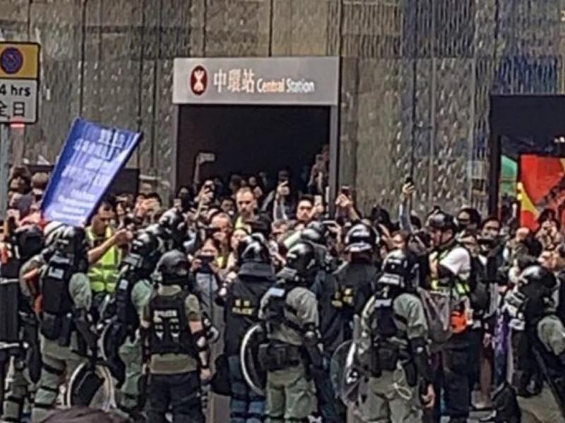 警方舉藍旗。網圖