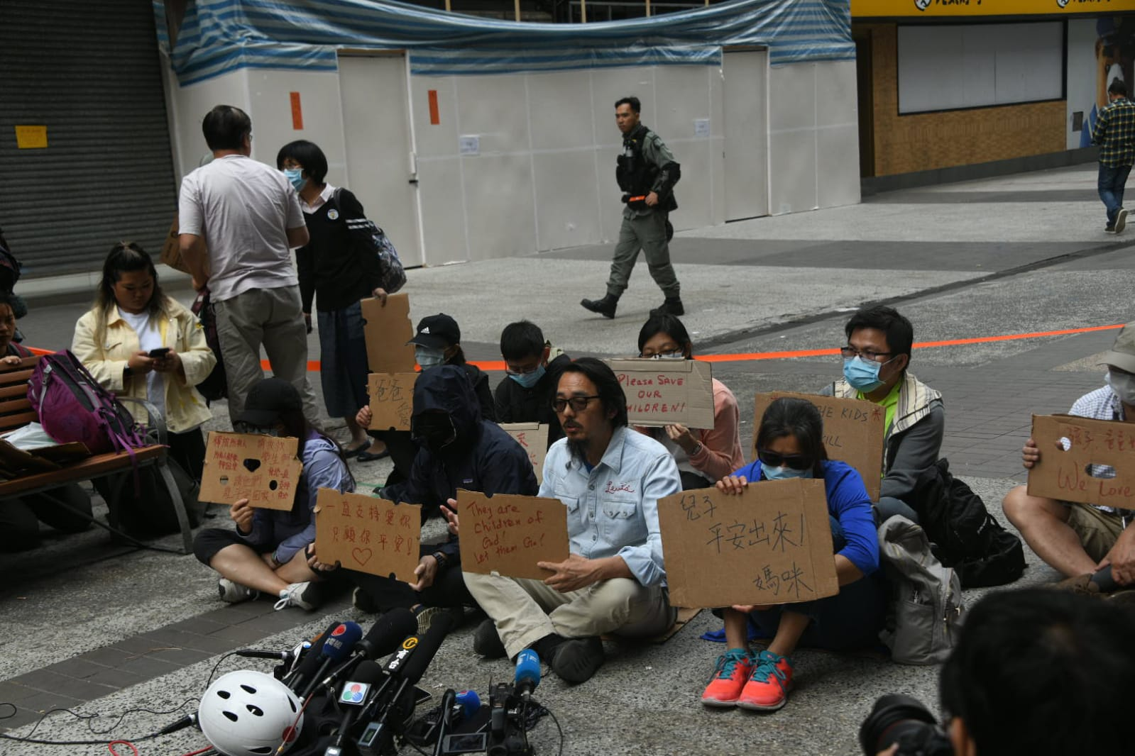 子女仍在校園內的家長在警方封鎖線外靜坐