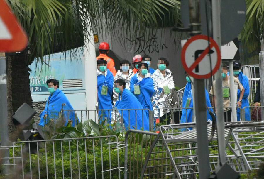 有傷者陸續離開理大校園。