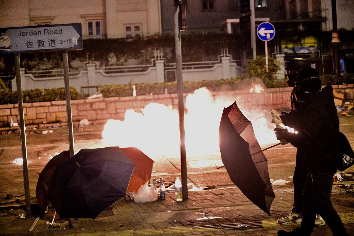 示威者在油尖旺區大肆縱火破壞。資料圖片
