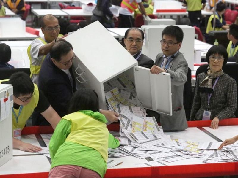 馮驊表示,押後區議會投票不考慮政治因素,惟事故影響才會押後。資料圖片