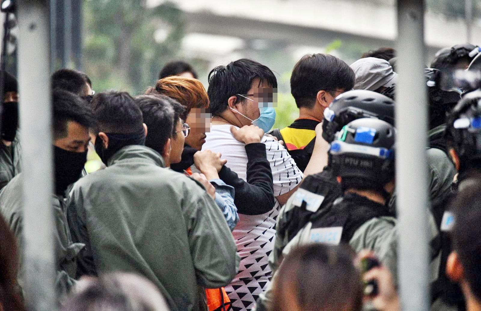 警方:理大拘捕或登記1100人 斥留守者威嚇自願離開人士